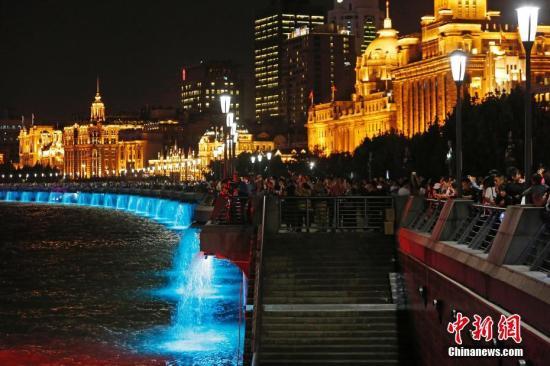 资料图:游客和民众正在欣赏浦江两岸夜景殷立勤 摄