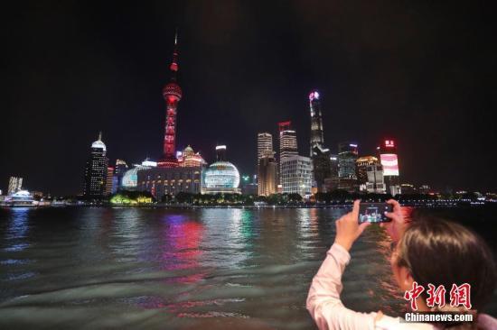 """10月1日晚,黃浦江遊覽""""十一""""國慶之夜在新近落成的十六鋪3號遊船碼頭舉行。中新社記者 張亨偉 攝"""