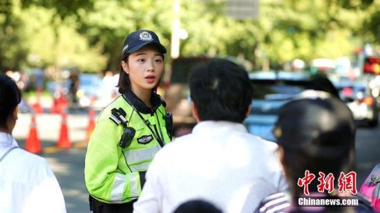 资料图:杭州公安交警在路口执勤。杭州公安供图