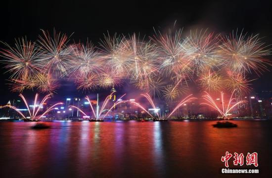 原料图:维众利亚港烟花汇演。中新社记者 张炜 摄