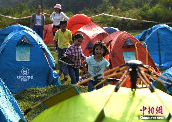 資料圖:小朋友在露營基地歡快的玩耍。王東明 攝