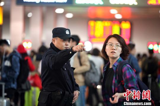 民警在成都火车北站候车室为旅客提供帮助。 王晓丹 摄