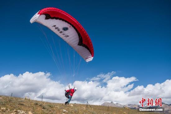 资料图片:一名滑翔伞运动员助跑起飞。<a target='_blank' href='http://www.chinanews.com/'>中新社</a>记者 何蓬磊 摄