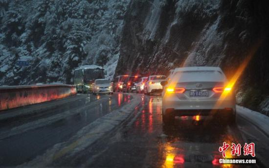 10月2日晚,四川康定市突降大雪,导致国道318线折多山路段路面出现积雪和结冰,道路拥堵,通行能力下降。目前,该段公路已实施临时管制。中新社记者 刘忠俊 摄