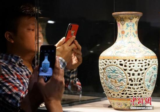 图为预展时观众用手机拍摄清乾隆洋彩透龙夹层玲珑尊。<a target='_blank' href='http://www-chinanews-com.yinpusoft.com/'>中新社</a>记者 张炜 摄