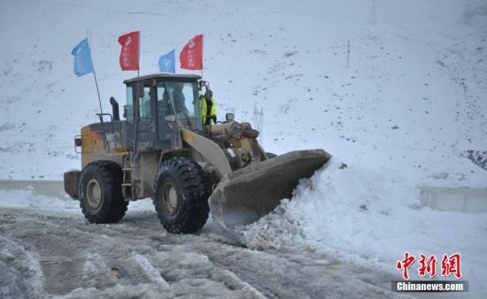 交通部门调集的大型机械正在折多山路段清理路面积雪。 刘忠俊 摄
