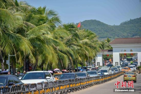 资料图:海南三亚景区迎游客。洪坚鹏 摄