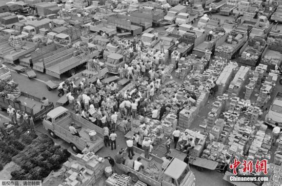 图为1968年4月1日拍摄的批发商聚集在日本东京筑地市场。
