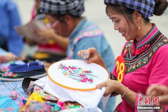 资料图:贵州布依族绣娘。<a target='_blank' href='http://www-chinanews-com.bjzhongkun.com/'>中新社</a>记者 贺俊怡 摄