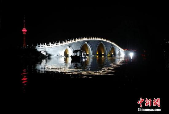 10月2日,北京玉渊潭公园国庆长假时代启动夜景照明,灯光点亮中堤五孔桥。<a target='_blank' href='http://www.chinanews.com/'>中新社</a>记者 杜洋 摄