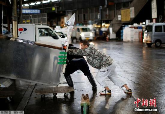 东京筑地市场将在10月6日正式关闭,于10月11日搬迁至江东区丰州市场,旧址将被改建成奥运会停车场。图为市场内的一些店家将冰柜装车,准备撤离。