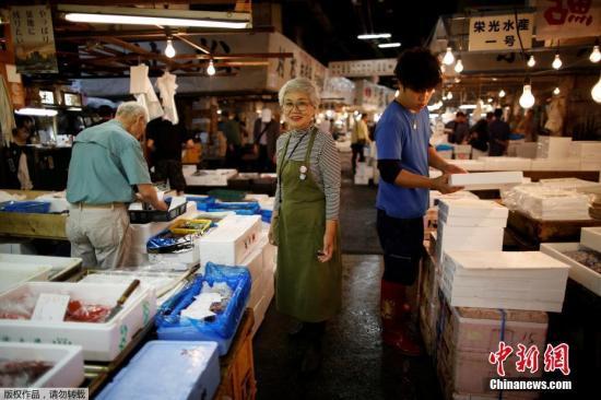 图为75岁的Tai Yamaguchi,她在筑地市场经营自家鱼店已有50多年。