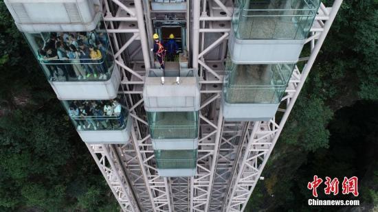 资料图:悬崖电梯巡检工在假日坚守岗位。吴勇兵 摄