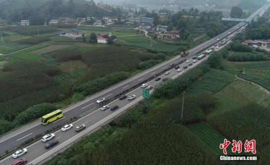 资料图:高速公路。中新社记者 刘忠俊 摄