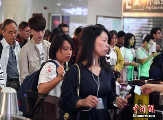 资料图:返程旅客排队有序走出福州火车站出口通道。刘可耕 摄