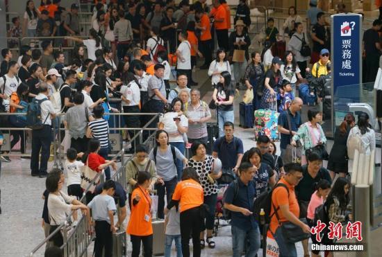 资料图:高铁香港西九龙站内人潮涌动。中新社记者 张炜 摄