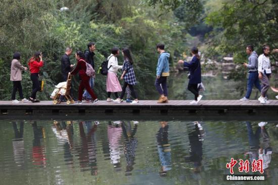 资料图:民众在公园游玩。中新社记者 瞿宏伦 摄