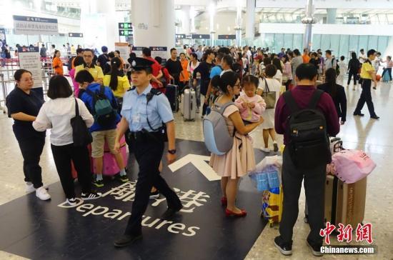 图为众多旅客聚集在西九龙车站大厅。中新社记者 张炜 摄
