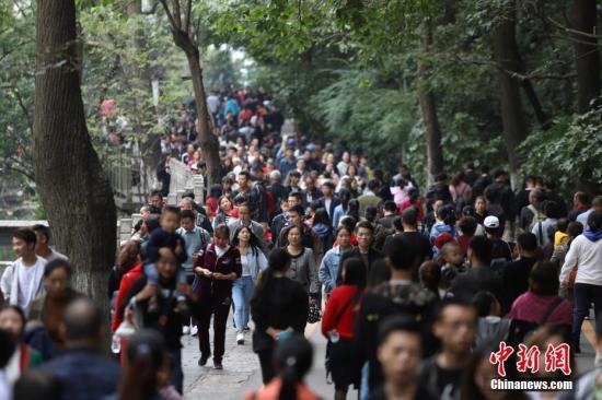 资料图:贵阳黔灵山公园人头攒动。中新社记者 瞿宏伦 摄