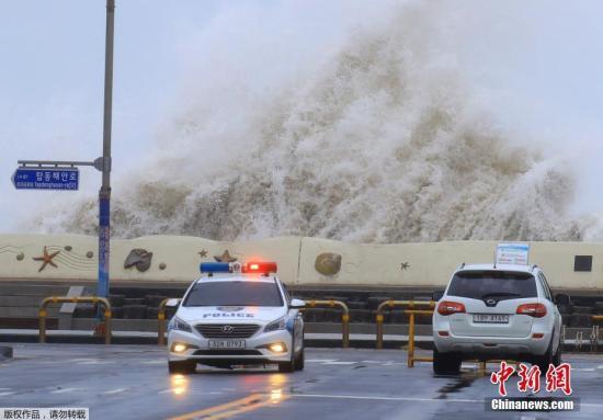 """资料图:台风""""康妮""""过境韩国济州市,在当地掀起巨浪。"""