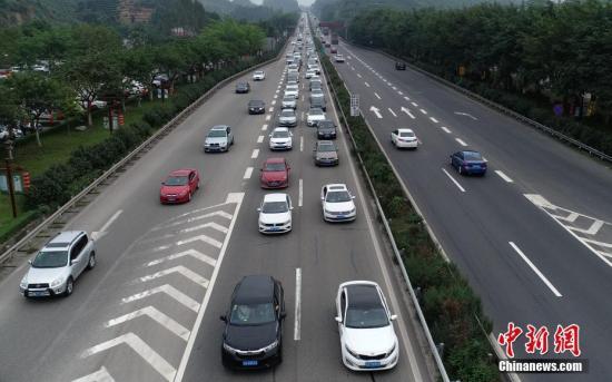 资料图:四川高速公路迎来返程高峰,公路上车辆行进缓慢。中新社记者 刘忠俊 摄