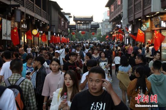 游客涌进南京夫子庙广场。 泱波 摄