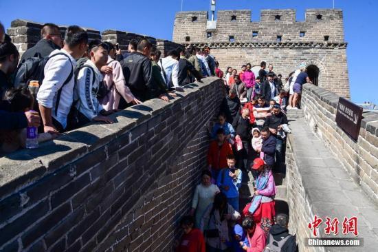 10月6日,国庆假期进入尾声,北京八达岭长城游人依然众多。<a target='_blank' href='http://www.chinanews.com/'>中新社</a>发 湛超越 摄