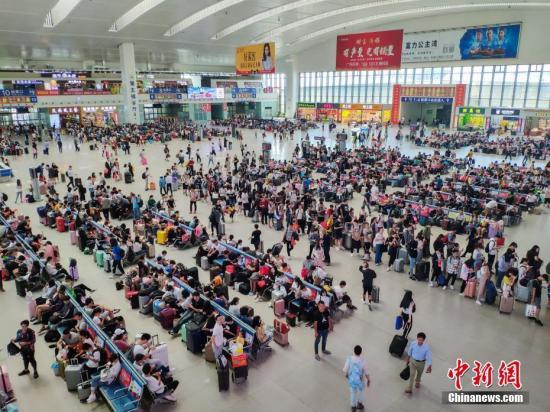 10月7日,福州火车站迎来国庆黄金周旅客返程高峰,旅客到达合计超20万人次;学生、探亲、旅游返程客流密集,到达和出发呈现双向高峰。据统计,从9月28日至10月7日结束,福州火车站预计共运输旅客超100万人次。 中新社记者 李南轩 摄