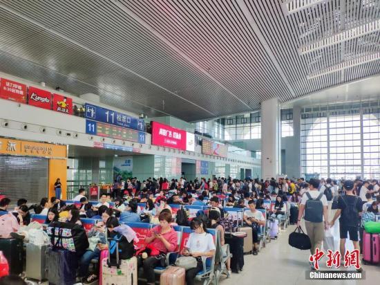 10月7日,福州火车站迎来国庆黄金周旅客返程高峰,旅客到达合计超20万人次;学生、探亲、旅游返程客流密集,到达和出发呈现双向高峰。据统计,从9月28日至10月7日结束,福州火车站预计共运输旅客超100万人次。 <a target='_blank' href='http://www-chinanews-com.njbbwl.com/'>中新社</a>记者 李南轩 摄