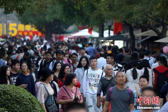 南京门东老街上人头攒动。 泱波 摄