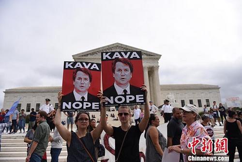 当地时间10月6日,美国民众在华盛顿的最高法院门前集会,反对卡瓦诺担任最高法院大法官。当天,美国参议院最终投票确认卡瓦诺出任联邦最高法院大法官。 <a target='_blank' href='http://www-chinanews-com.xiunar.com/'>中新社</a>记者 邓敏 摄