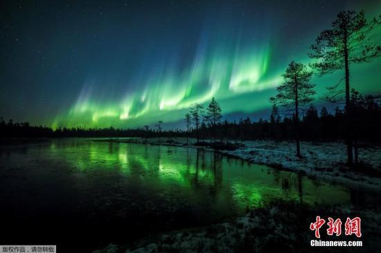 原料图片:当地时间10月7日,芬兰拉普兰,时兴的北极光在天空展现,如临梦幻世界。