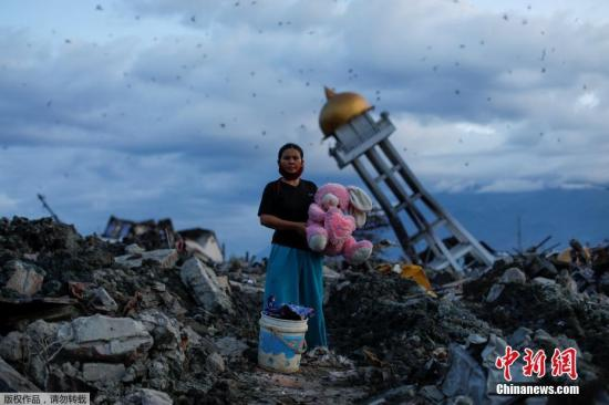 在已寻获的1763名遇难者中,重灾区帕卢市有1519人、震中栋加拉县159人、西吉(Sigi)和帕里吉(Parigi)地区分别有69人和15人,Pasangkayu地区1人。