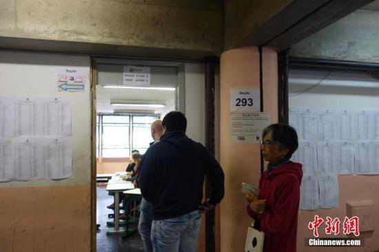 资料图:选民在巴西圣保罗一个投票站排队参加投票。 <a target='_blank' href='http://www-chinanews-com.ktwan.net/'>中新社</a>记者 莫成雄 摄