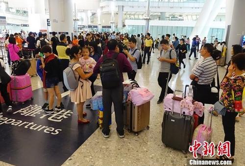 图为众多中国内地旅客准备乘高铁离开香港。中新社记者 张炜 摄