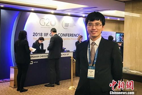 在国有金融企业任职五年的香港青年萧家炜近日在北京接受<a target='_blank' href='http://www-chinanews-com.tnb580.com/'>中新社</a>记者专访,介绍自己在内地就读、工作的成长经历。图为今年3月18日,萧家炜在阿根廷布宜诺斯艾利斯参加会议。<a target='_blank' href='http://www-chinanews-com.tnb580.com/'>中新社</a>发 采访对象供图