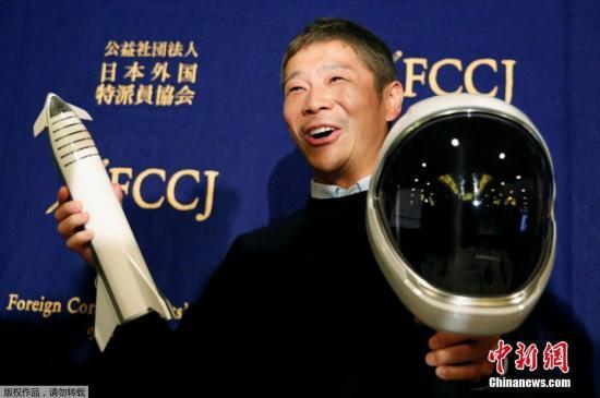 资料图:当地时间2018年10月9日,日本东京,SpaceX首位环月乘客前泽友作出席新闻发布会,展示宇航员头盔。