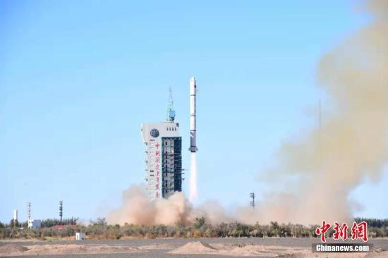 北京时间10月9日10时43分,中国在酒泉卫星发射中心用长征二号丙运载火箭(及远征一号S上面级),成功将遥感三十二号01组卫星发射升空,卫星进入预定轨道。汪江波、郝裕彤摄