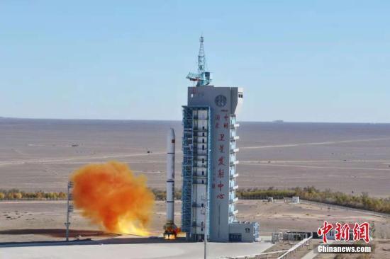 北京时间10月9日10时43分,中国在酒泉卫星发射中心用长征二号丙运载火箭(及远征一号S上面级),成功将遥感三十二号01组卫星发射升空,卫星进入预定轨道。(汪江波、郝裕彤摄)