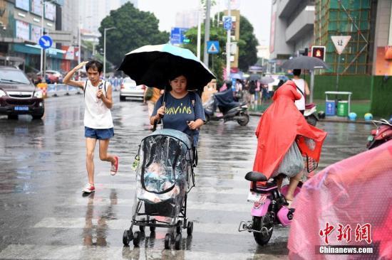 资料图:市民冒雨出行。<a target='_blank' href='http://pronsexvideo.com/'>中新社</a>记者 俞靖 摄