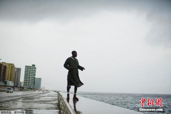 """10月9日消息,美国国家飓风中心表示,目前已从热带风暴升级为一级飓风的""""迈克尔""""威力不断增加,""""预计将在10日登陆美国墨西哥湾沿岸或佛罗里达州。图为飓风""""迈克尔""""掠过古巴上空。"""