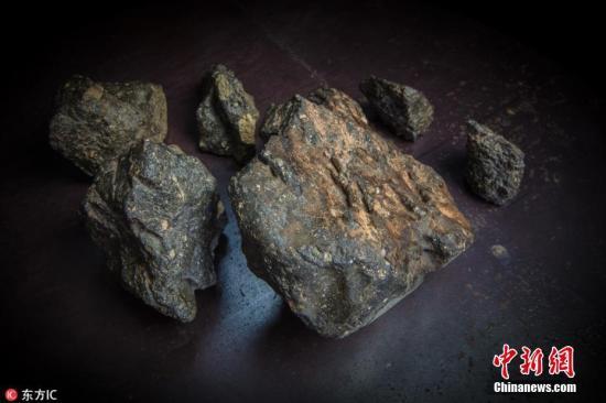 """2018年10月10日报道(具体拍摄时间不详),位于美国波士顿的RR拍卖行将在本月底拍卖一块极其罕见的陨石。这块编号为NWA 11789的月球陨石属月长石角砾岩,别名Buagaba、""""月球之谜""""(The Moon Puzzle)。NWA 11789由6个陨石碎片组成,总重量接近5.5公斤,是迄今为止有记录的最大月球陨石,2017年在非洲西北部沙漠被发现。 图片来源:东方IC 版权作品 请勿转载"""