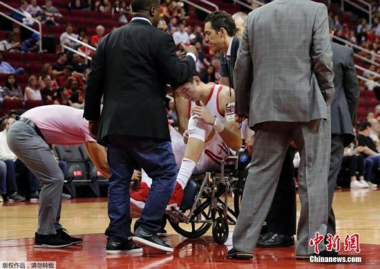 北京时间10月10日,火箭在主场迎战上海大鲨鱼,火箭球员周琦迎来新赛季的首场比赛。首节登场仅几分钟,周琦意外受伤倒地,左膝疑似重伤,直接坐轮椅离场接受检查。此前,他曾因脚踝伤势已缺席了训练营和3场季前赛。