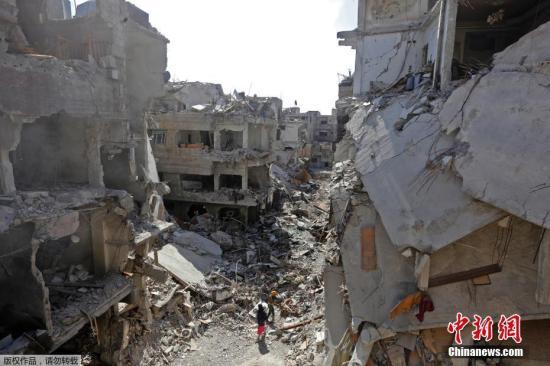 雅尔穆克难民营最早修筑于1948年,那时是为了安放逃亡的巴勒斯坦人。现在,街上到处都是倒塌的钢筋混凝土以及焚毁的汽车残骸。据悉,修整做事已经最先三周,展望还要赓续一个月旁边。截止到现在有五万方的瓦砾被修整了。