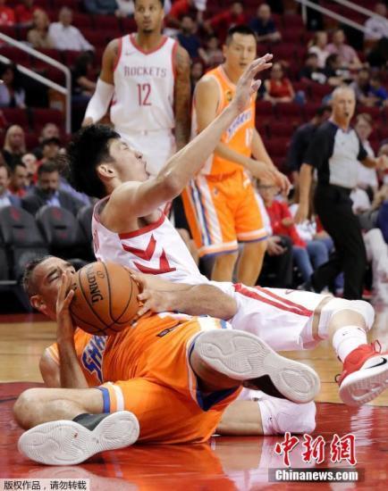 """首节打到6分32秒,周琦就被换上场,美国解说也感慨了这几年中国篮球发展的速度,他们都很支持周琦在NBA得到机会,""""相信这也是所有球迷都愿意看到的。"""" 图为周琦受伤倒地。"""