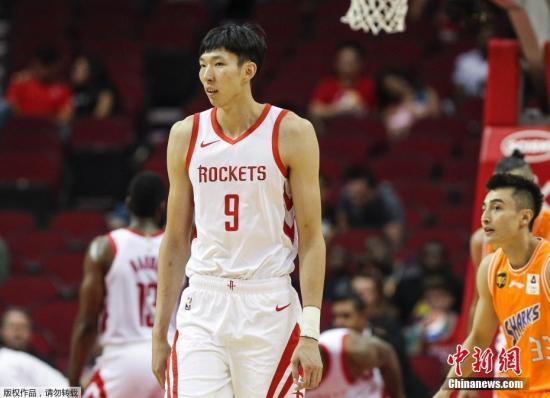 周琦在火箭队与上海大鲨鱼的NBA季前赛中迎来赛季首战。