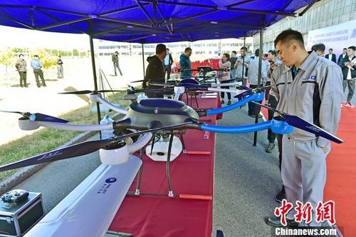 资料图:天津双创周上的无人机展演。中新社记者 佟郁 摄