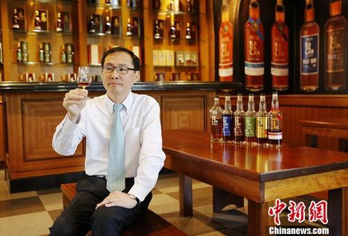 近日,台湾宜兰金车噶玛兰酒厂总经理李玉鼎接受<a target='_blank' href='http://www-chinanews-com.book-auto.com/'>中新社</a>记者采访。他表示,西方传统印象里,威士忌酒只适合在亚寒带及寒带酿造。台湾噶玛兰的出现为这个产业带来了改变。<a target='_blank' href='http://www-chinanews-com.book-auto.com/'>中新社</a>记者 杨程晨 摄