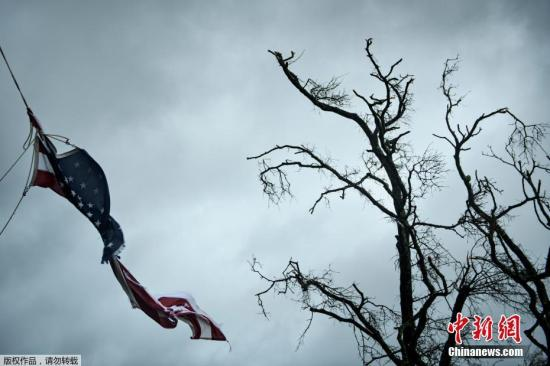 """美国国家飓风中心表示,飓风""""迈克尔""""将给整个佛罗里达州狭长地带带去致命的风暴潮、暴风及强降雨。"""
