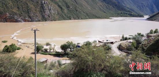 西藏昌都市官方通报,10月11日凌晨4时许,西藏昌都市江达县波罗乡境内的金沙江两岸发生山体滑坡,滑坡体量大,主河道被堵,导致水位上涨迅猛,形成堰塞湖,部分桥梁和农田被淹,目前无人员伤亡的报告。图为金沙江水位上涨迅猛,淹没了当地民房。中新社记者 昌都市宣传部供图